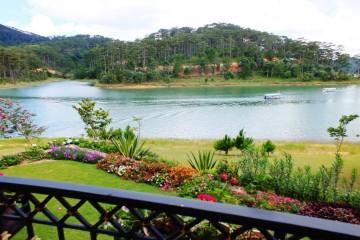 Tour chèo thuyền ngắm lá Phong trên hồ Tuyền Lâm Đà Lạt